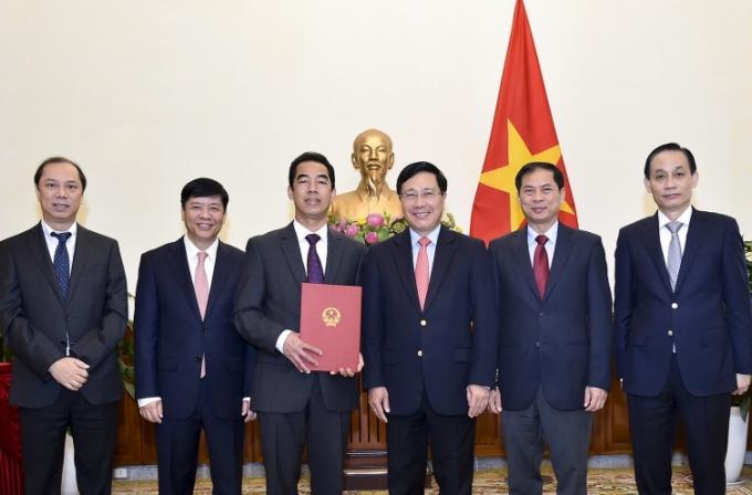 Phó Thủ tướng, Bộ trưởng Ngoại giao Phạm Bình Minh cùng các Thứ trưởng chúc mừng đồng chí Tô Anh Dũng.