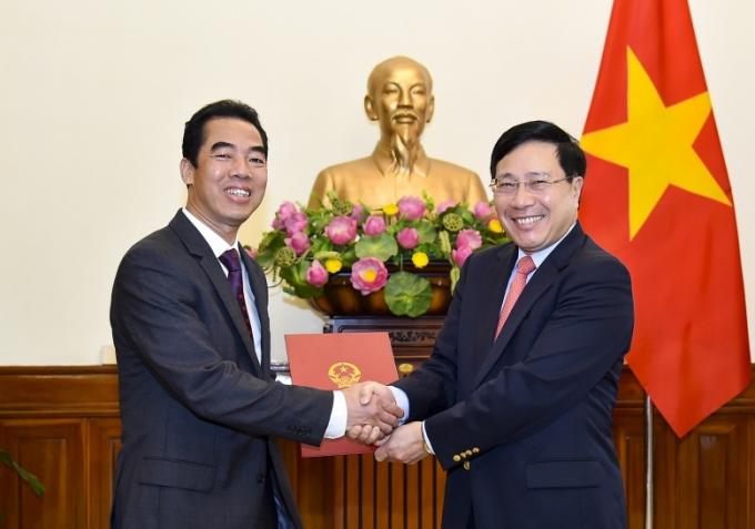 Phó Thủ tướng, Bộ trưởng Bộ Ngoại giao trao quyết định cho đồng chí Tô Anh Dũng.