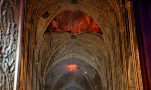 Khung cảnh mái vòm bị cháynhìn từ bên trong nhà thờ. Ảnh:Vingt minutes.