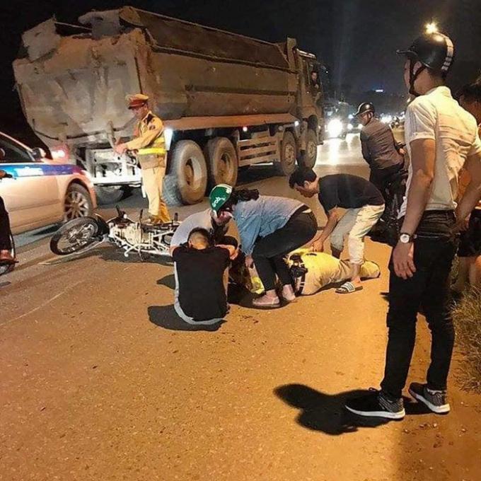 Hiện trường vụ Thiếu tá CSGT bị thanh niên đi xe máy tông trên QL21B Hà Nội. (Ảnh: báo Giao thông)