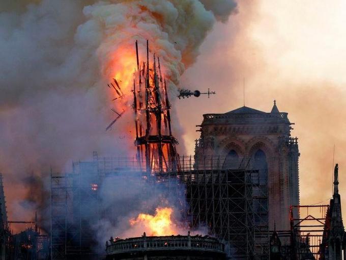 Bí mật đằng sau tháp nhọn bị thiêu rụi của Nhà thờ Đức Bà Paris