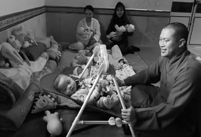 Đại đức Thích Nguyên Bình chăm sóc trẻ mồ côi, bị bỏ rơi.
