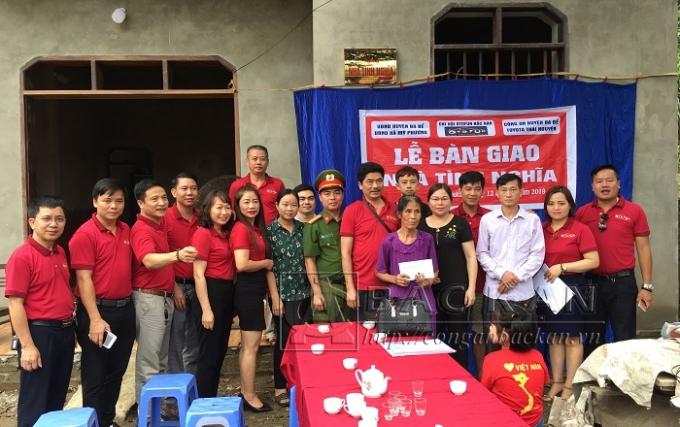 Trao nhà tình nghĩa cho gia đình ông Hoàng Văn Phần tại thôn Thạch Ngõa 2, xã Mỹ Phương, huyện Ba Bể.