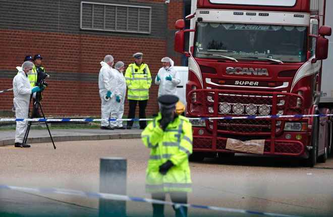 images1532825_27_10__Police_examine_the_scene_where_bodies_were_discovered_in_a_truck_container_in_Essex__Britain_23_10__AP