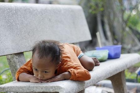 Đứa bé cảm thấy mệt mỏi, chán nản không muốn ăn. Ảnh: Như Trường