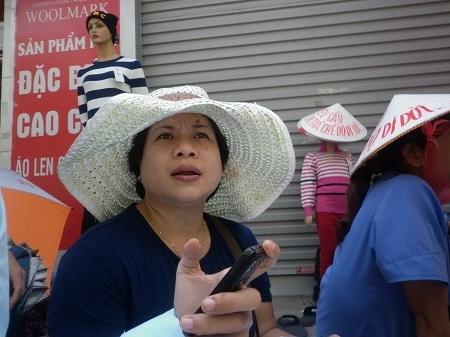Chị Nguyễn Thị Vân Hương phản ánh với báo chí về tình trạng trên. Ảnh: Như Trường
