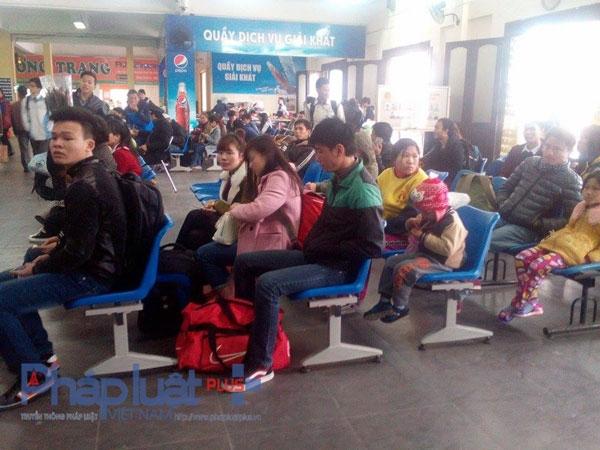 Nhiều người phải đợi cả tiếng đồng hồ để chờ mua vé về quê. Ảnh: Như Trường.