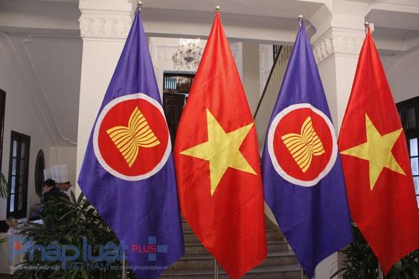 Cờ ASEAN và cờ Việt Nam Ảnh: Như Trường.