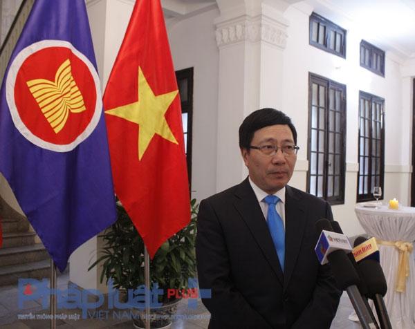 Phó Thủ tướng, Bộ trưởng Ngoại giao Phạm Bình Minh trả lời báo chí. Ảnh: Như Trường.