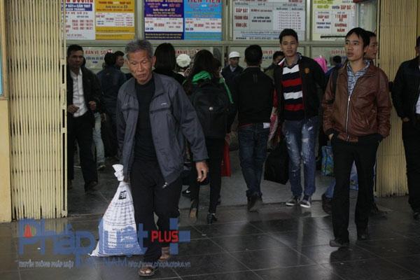 Nhiều người vào trong mua vé để về quê, nhưng do người mua vé quá đông nên một số người đã bỏ ra ngoài để bắt xe dọc đường. Ảnh: Như Trường.