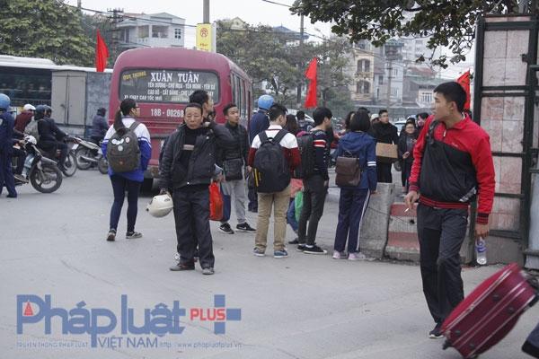 Theo quan sát của PV, lượng người đứng để chờ bắt xe dọc đường mỗi lúc một đông. Ảnh: Như Trường.