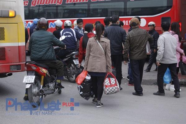 Bắt đầu từ trưa nay 31/12, tại bến xe Giáp Bát (Hoàng Mai - Hà Nội), hàng nghìn người ùn ùn kéo về các bến xe để kịp chuyến về quê nghỉ tết. Ảnh: Như Trường.