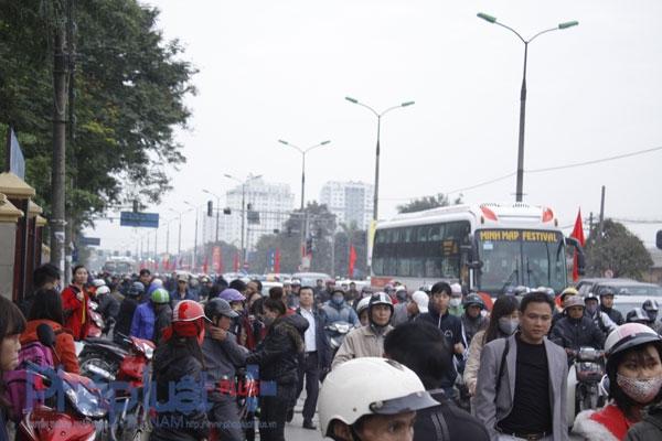 Chính vì lượng người bắt khách dọc đường quá đông là nguyên nhân gây tắc đường trên nhiều tuyến phố. Ảnh: Như Trường.