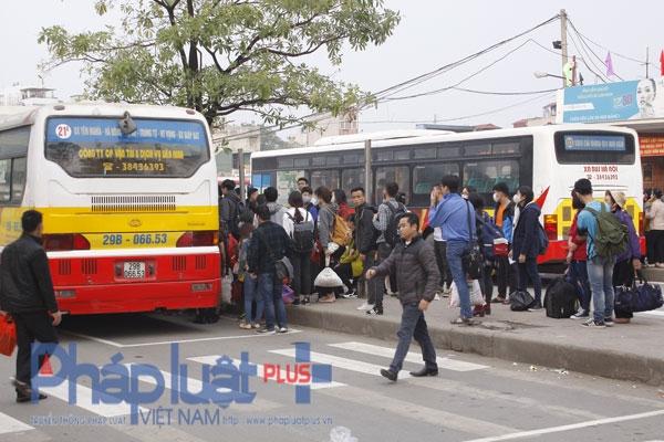 Cảnh chen chúc nhau tại bến xe diễn ra mỗi khi người dân đi về hoặc lện Thủ đô sau mỗi lần nghỉ lễ, tết.