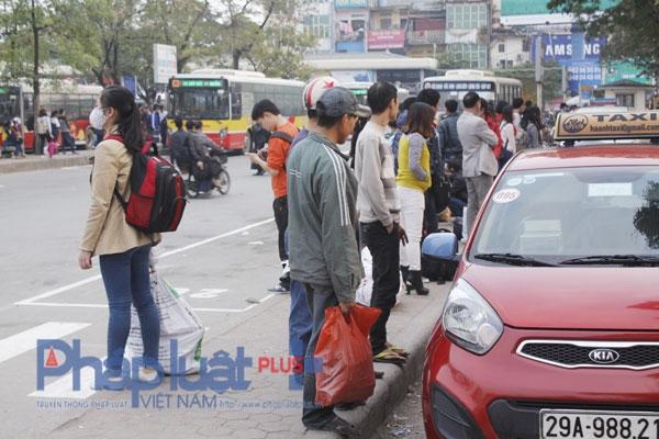 Nhiều người phải đứng đợi cả tiếng đồng hồ để chờ bắt xe.