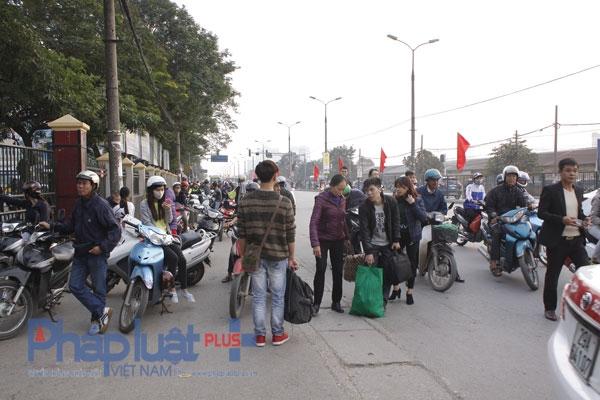 Theo quan sát của PV PhapluatPlus, chiều 3/1 tại bến xe Giáp Bát có hàng nghìn người từ khắp mọi nơi kéo về tại đây, để bắt xe bus đi về nơi làm việc của mình tại Thủ đô.