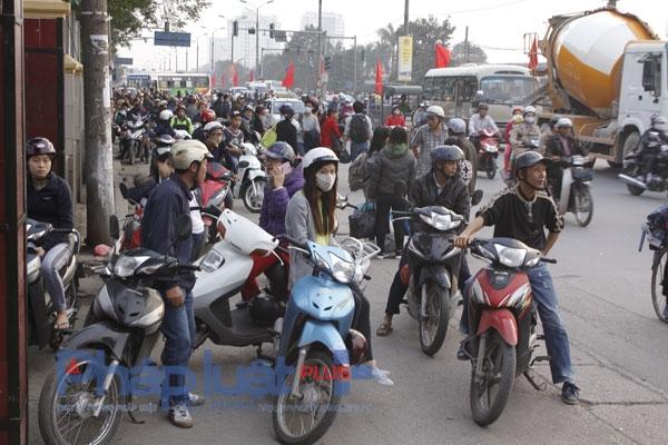 Cảnh tắc đường hỗn loạn tại cửa bến xe Giáp Bát làm cho các phương tiện lưu thông trên đường gặp khó khăn.