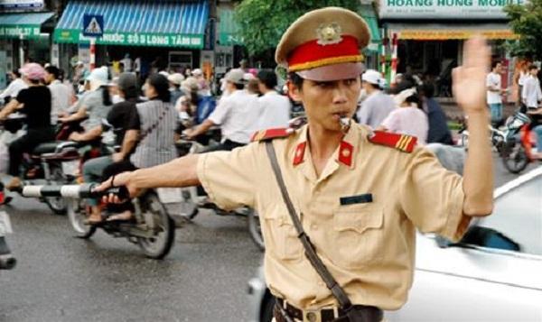 Cảnh sát giao thông phần luồng các phương tiện tham gia giao thông. Ảnh Iternet.