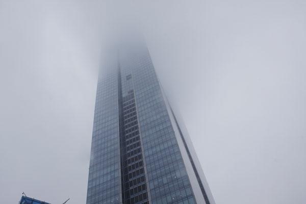 Tòa nhà Lotte trên đường Liễu Giai, gần trưa vẫn bị sương mù bao phủ.