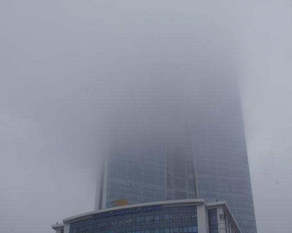 """Đứng từ dưới chân tòa nhà nhìn lên dường như một nửa tòa nhà bị """"biến mất""""."""