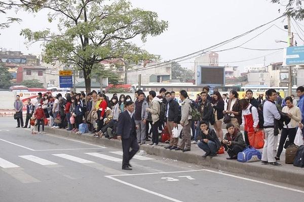 Hầu như tại bến xe nào cũng có những hình ảnh người dân co ro chờ đợi để bắt được chuyến xe mong về quê sớm.Ảnh: Như Trường.