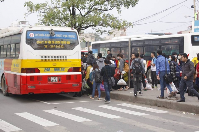 Tại bến xe Giáp Bát, số lượng người đổ về không kém bến xe Mỹ Đình.Ảnh: Như Trường.