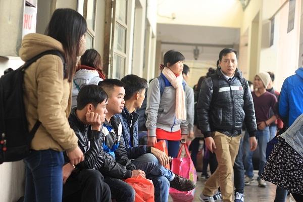 Những hành khách mang vẻ mệt mỏi khi chờ đợi.Ảnh: Như Trường.
