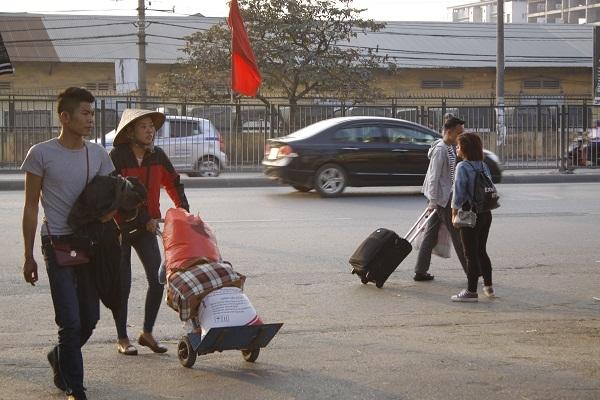 Tại bến xe Giáp Bát, các tuyến xe phía nam từ các tỉnh Hà Nam, Nam Định, Ninh Bình, Nghệ An, Thanh Hoá…đổ về đây rất đông.