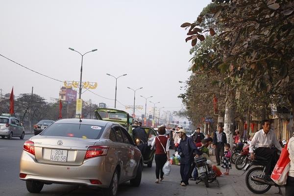 Nhiều khách muốn nhanh và thoáng thì đứng ngoài đường để vẫy và bắt xe, nên tình trạng giao thông luôn hỗn loạn, ùn tắc.