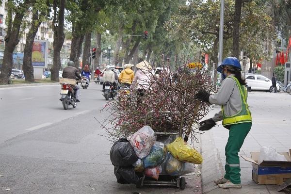 Những lao công rất vất vả dọn rác trong những ngày này.