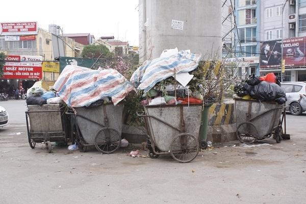 Đi trên phố phường Hà Nội trong những ngày này, hình ảnh những xác đào vứt thành đống không còn quá xa lạ với người đi đường.Rác thải thì tăng cũng gấp hai đến ba lần ngày thường.
