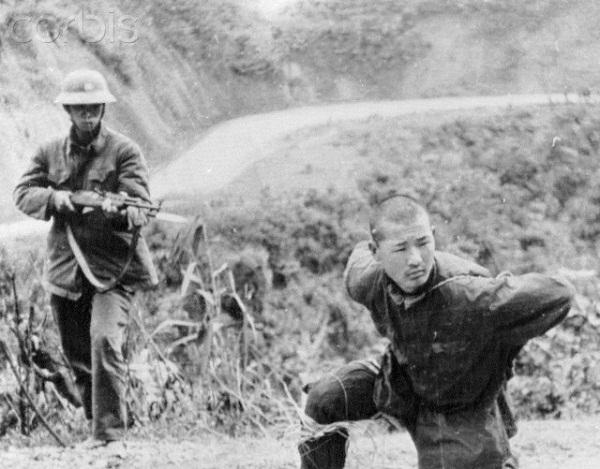 Chiến sĩ Việt Nam bắt giữ tù binh ngày 28/2 tại Cao Bằng - Ảnh: Corbis.