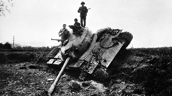 Xe tăng Trung Quốc bị quân và dân ta bắn hạ ở bản Sẩy, Hòa An, Cao Bằng lúc 8 giờ sáng 17/2 - Ảnh: Mạnh Thường.