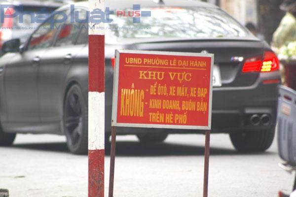 Biển cấm đỗ xe, bán hàng, kinh doanh trên quãng đường này được UBND phường Lê Đại Hành ghi rõ nhưng dường như biển cấm này vô tác dụng.