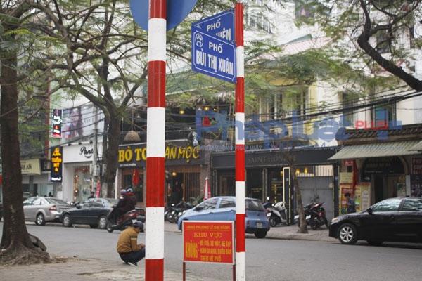 Đoạn đường Thái Phiên giao nhau với đường Bùi Thị Xuân, nơi một số người tự ý cho ô tô đỗ và thu phí trái phép.
