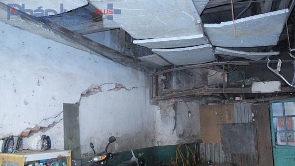 Ngôi nhà sập xệ được che chắn tạm bợ rất mất an toàn.