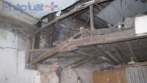 Những cây gỗ đã bị mục ruỗng được gia đình Nga gia cố nhưng chỉ là tạm thời. Việc gia cố này rất nguy hiểm vì ngôi nhà có thể sập bất kỳ lúc nào.