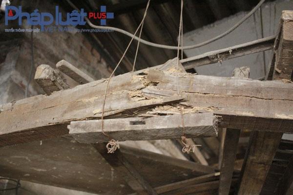 Những cây gỗ đã bị mục ruỗng đã được gia đình ông Thuỷ gia cố nhưng chỉ là tạm thời. Việc gia cố này rất nguy hiểm vì ngôi nhà có thể sập bất kỳ lúc nào.