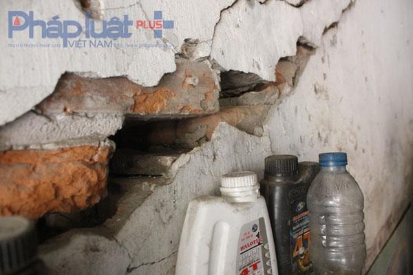 Những đoạn tường nhà bị bong tróc, nứt dài. Có chỗ nứt đến việc có thể thò bàn tày từ bên này tường thông sang bên kia.