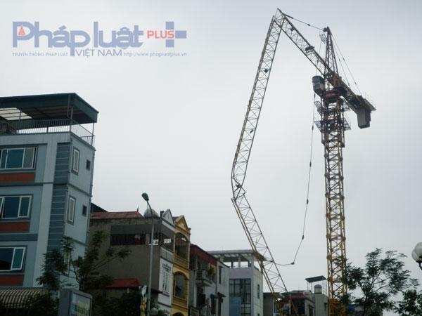 Hà Nội: Kinh hoàng cẩu tháp đang hoạt động bỗng dưng gẫy gục