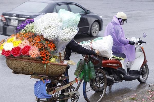 Ngày mùng 8/3 những người phụ nữ thay vì nhận được những bó hoa rực rỡ thì lại đạp chiếc xe đạp đi bán hoa.