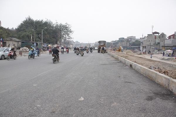 Các phương tiện có thể lưu thông tạm thời trên nửa đường đã hoàn thành.