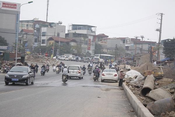 """Đoạn lên dốc đê Nguyễn Khoái, cảnh tắc đường đã giảm hơn rất nhiều, các phương tiện tham gia giao thông qua tuyến đường này """"dễ thở"""" hơn so với những năm trước."""