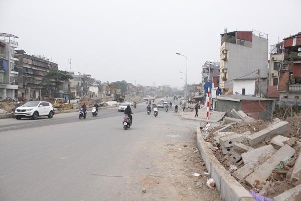 Bên cạnh đó nhiều hạng mục vẫn còn ngồn ngang trên tuyến đường này gây nguy hiểm cho người tham gia giao thông.