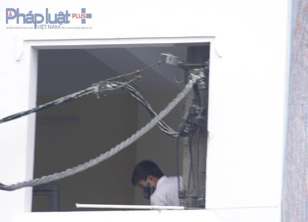 Phần dây điện, đồng hồ đều ở trong nhà, phần dây được kéo qua cửa sổ tầng 2 ra ngoài. Ảnh: Như Trường.