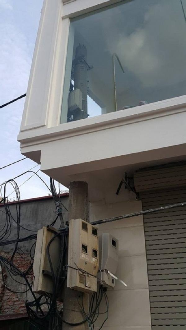 Phần đầu của cột điện nằm trong tầng 2 của ngôi nhà. Ảnh: Nhất Nam.