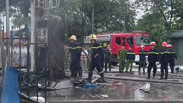 Cây xăng bị ngọn lửa thiêu rụi hoàn toàn.
