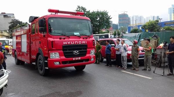 Hà Nội: Cây xăng bốc cháy dữ dội, nhiều người dân hoảng loạn