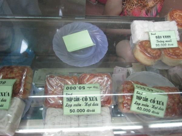 Mỗi chiếc bánh có giá từ 40.000- 60.000 đồng/chiếc. Ảnh: Diệu Thuỳ.