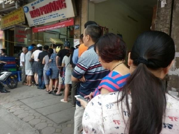 Ngay từ sáng sớm đã rất nhiều người xếp hàng đợi mua bánh. Ảnh: Như Trường.